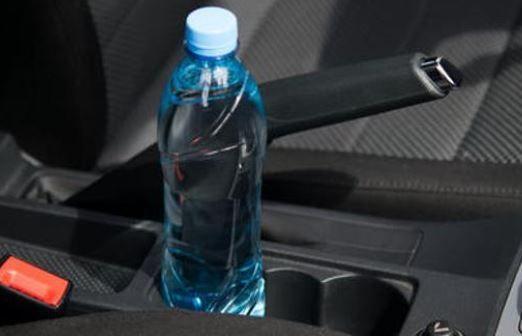 El peligro de dejar una botella de plástico con agua dentro del coche